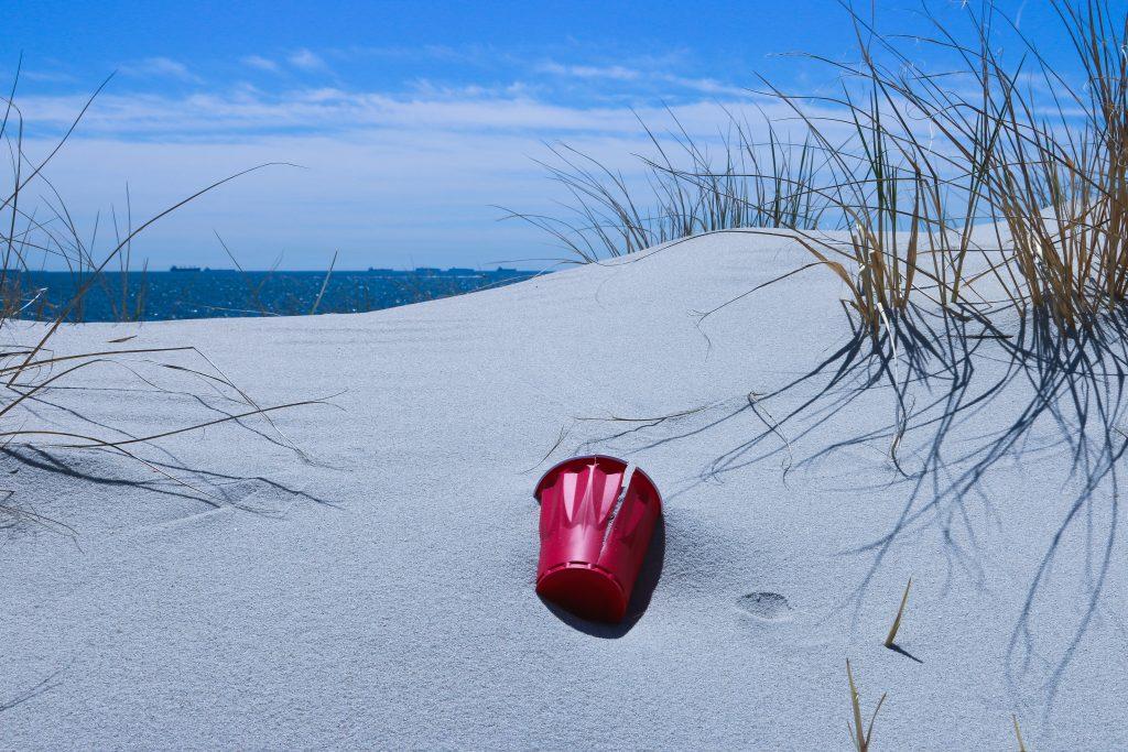 Vaso plástico en la playa