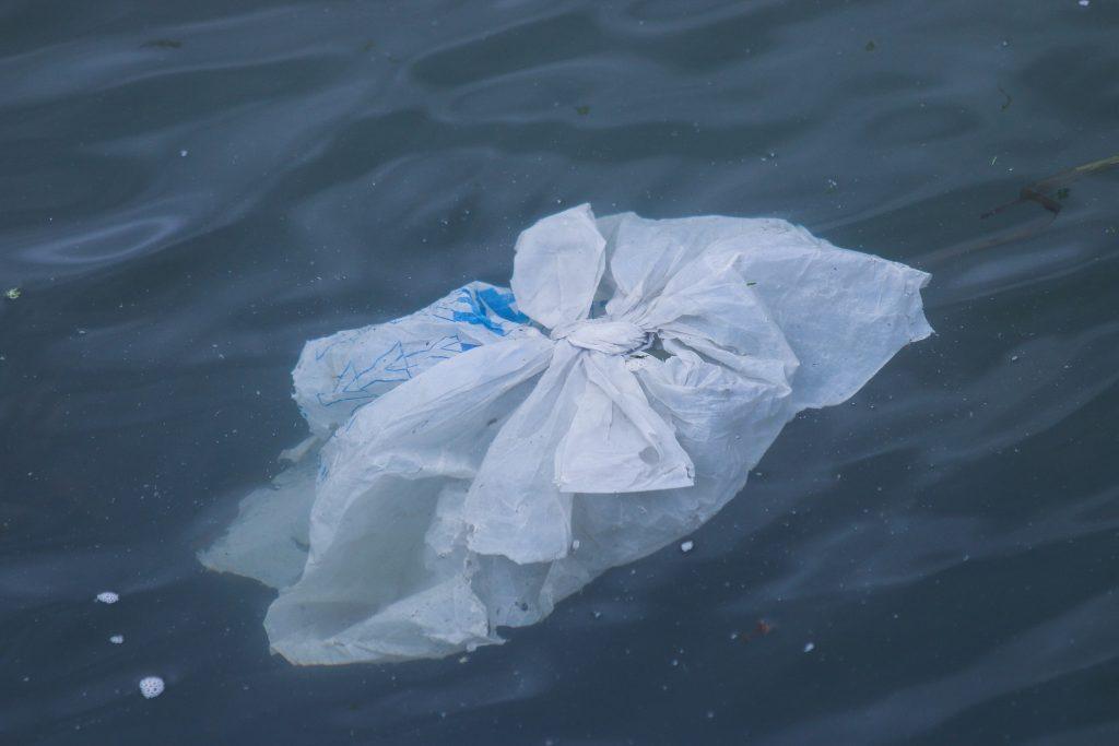 Bolsa plástica en el mar